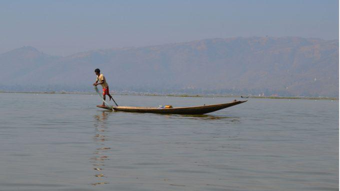Barca en el lago Inle en Myanmar