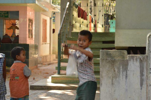 Niños jugando en Myanmar
